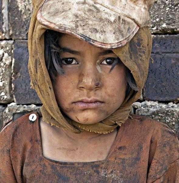 üzgün kız çocuğu fotoğrafı