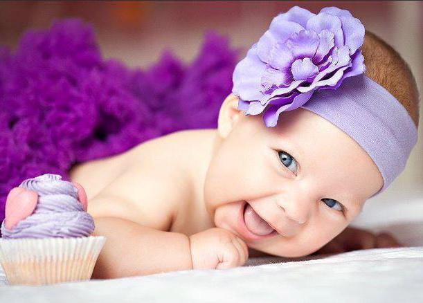 mor bandanalı bebek