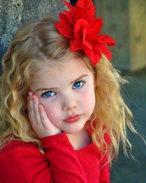 Sarı saçlı mavi gözlü kız