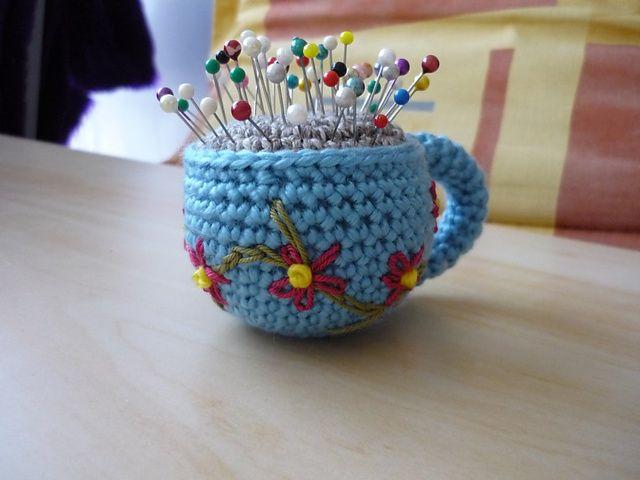 çiçekli fincan figürlü iğnedenlik modeli