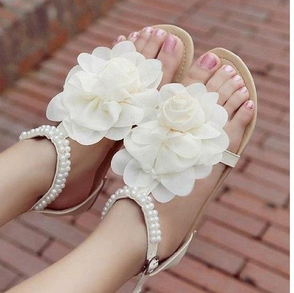 beyaz gül motifli parmak arası ayakkabı modelleri
