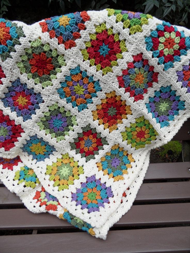 beyaz kenarlı renkli motifli battaniye modeli