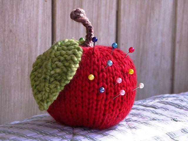 elma figürlü iğnedenlik modeli