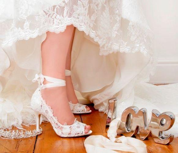 kurdele ve dantelle süslenmiş gelin ayakkabıları