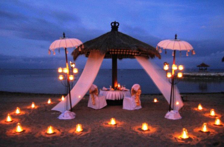 ışıklardan kalp oluşturulmuş romantik masa modeli