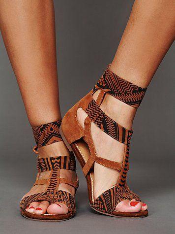 koyu kahve tonda yazlık ayakkabı stilleri