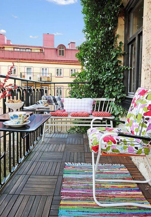 bahar çiçek desenli mobilya ile tasarlanmış balkonlar