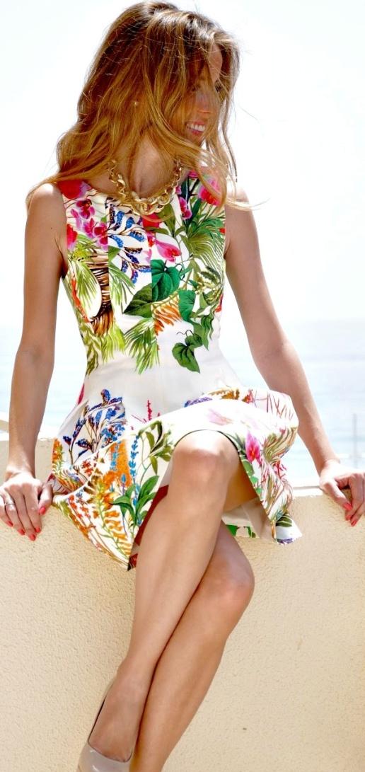 beyaz üzerine bahar çiçek desenli elbise modası