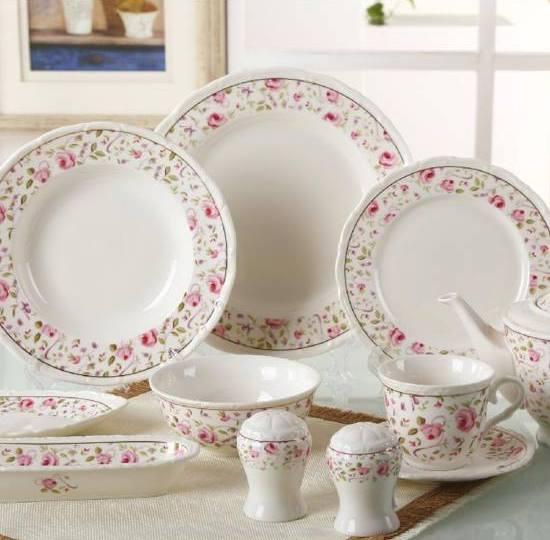 beyaz üzerine pembe gül desenli porselen yemek takımları