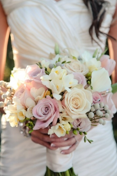 beyaz ile pembe gül karışımı şık gelin çiçekleri