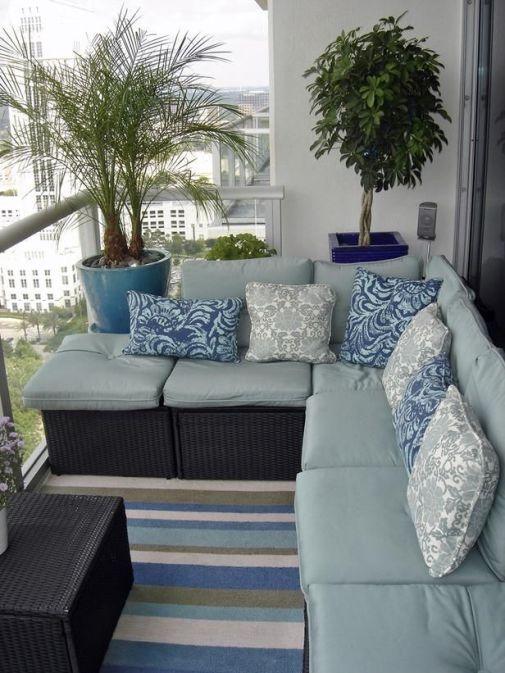 dekoratif saksılarla dizayn edilmiş şık balkonlar