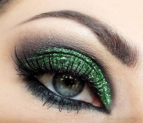 doğal yeşil tonda modern simli göz makyaj stilleri
