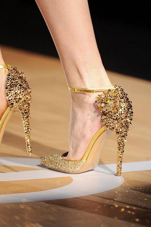 görkemli yüksek topuklu altın renkte ayakkabı örnekleri