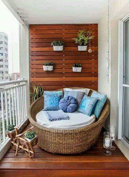 hasır koltukla dizayn edilmiş şık balkon trendleri