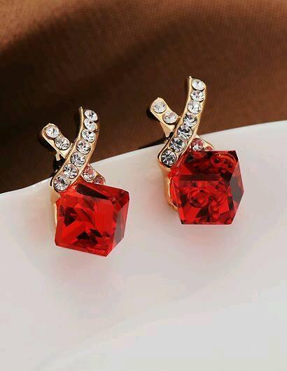 kırmızı şeffaf taşlı modern küpeler