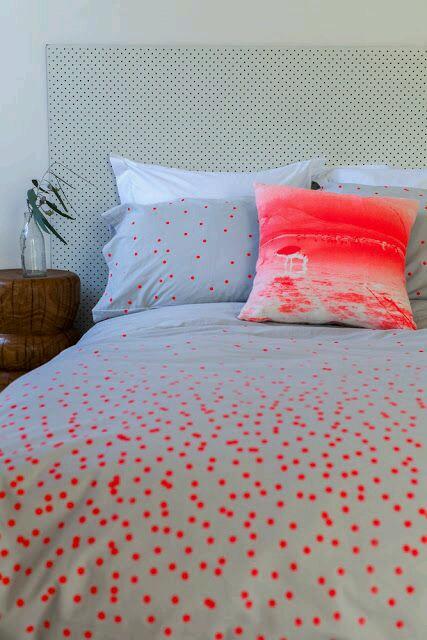 kırmızı puantiyeli yatak örtüsü modeli