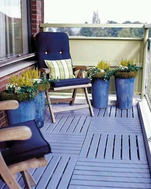 mavi dekoratif saksılarla dekor edilmiş balkon tarzları