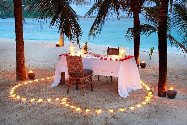 palmiyeler altında romantik masa modeli