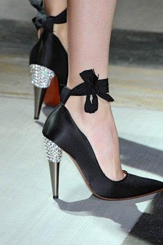 swarowski taşlı topuklu siyah ayakkabı modası