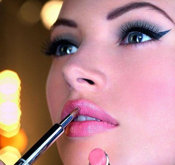 tatlı pembe renginde şık dudak makyajları