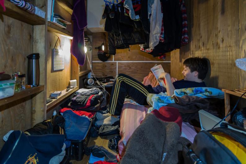Çok küçük bir odada yaşam