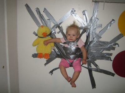 Bebeği duvara sabitleyenler