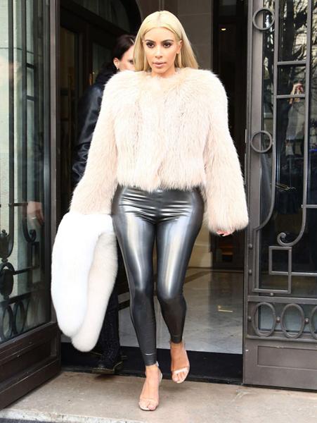 Beyaz kürk ceket ve deri pantolon