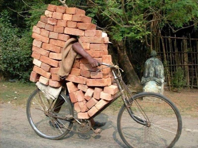 Bisiklet ile tuğla taşımak
