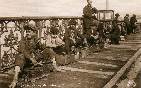Galata Köprüsü'nde ayakkabı boyacıları