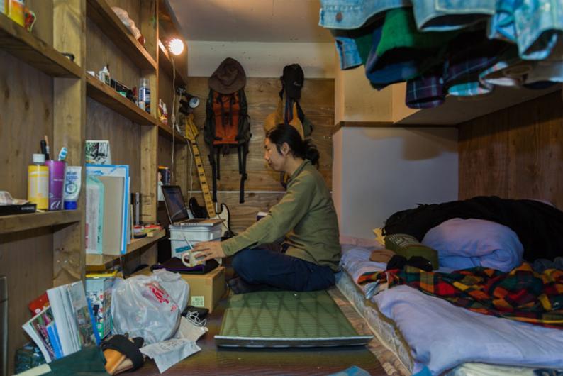 Küçücük odalarda yaşayan insanlar