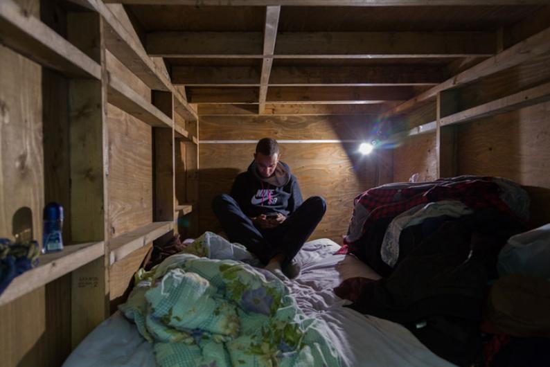 Küçük odalarda yaşayan insanlar