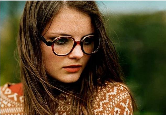 Kahverengi gözlük çerçevesi dürüstlüğü vurguluyor