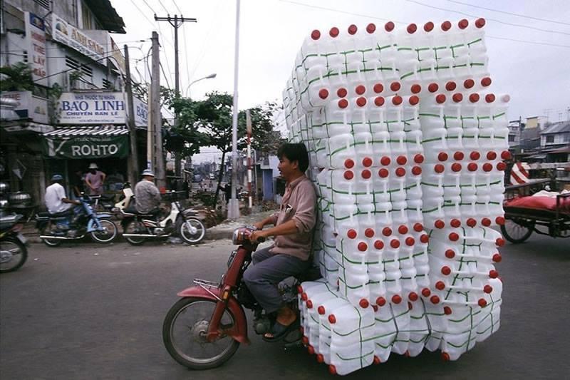 Motosiklet ile plastik bidon taşımak