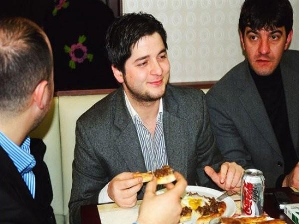 Onur dostları ile yemekte