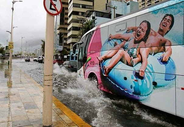 Otobüsün üzerindeki resmin yoldaki sel ile uyumu