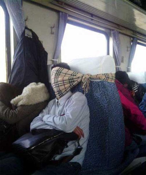 Otobüste uyumak için çözüm üretenler