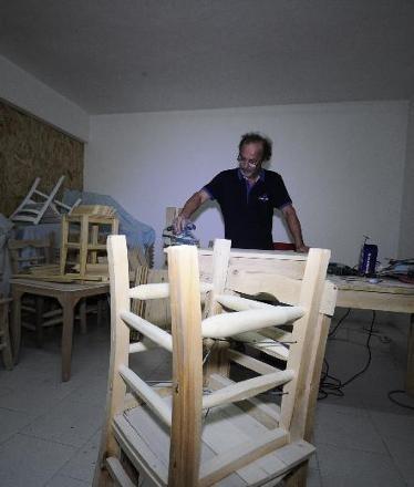 Sandalye üretip satışını yapıyor