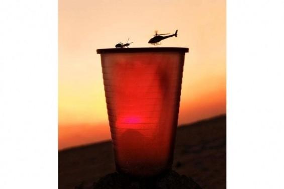 Bir bardak üzerine iniş yapan helikopter