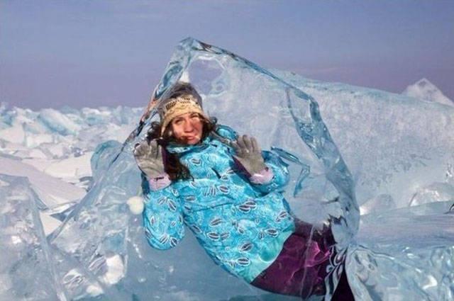 Buz kalıbı içinden poz vermek