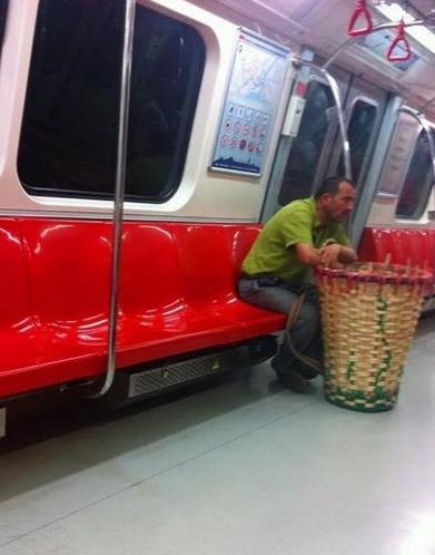 Küfesiyle metroda seyehat eden bir yük taşıyıcısı