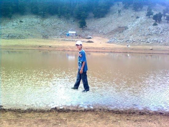 Su üstünde yürüyebilen genç