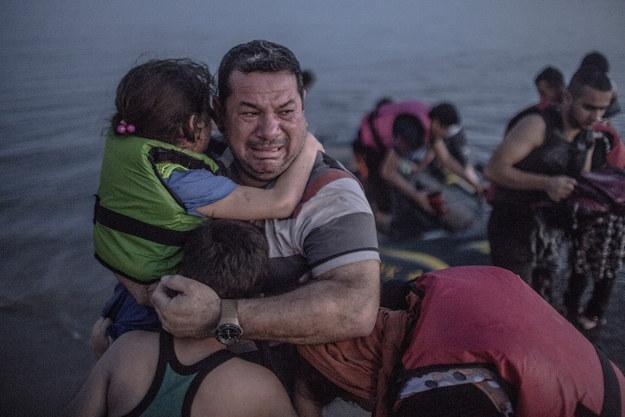 16 Mutluluk gözyaşları döken Suriyeli baba
