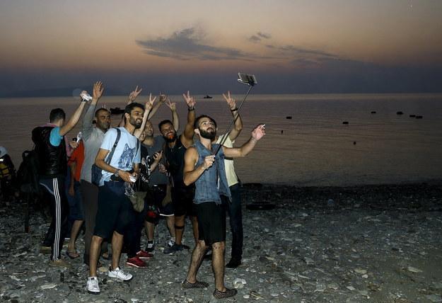 22 Zafer selfiesi çeken mülteciler