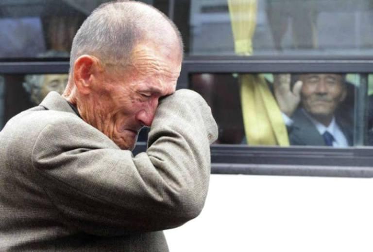 3 Koreler arası aile birlikteliği gününde Güney Koreli erkek kardeşine veda eden Kuzey Koreli.