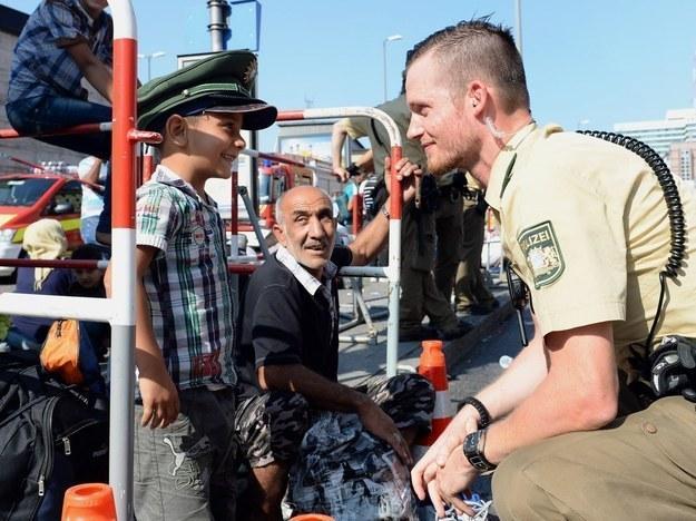 4 Küçük Suriyeli çocuğa şapkasını veren polis memuru