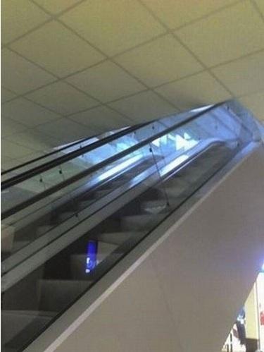 Tavan arasına çıkan yürüyen merdivenler