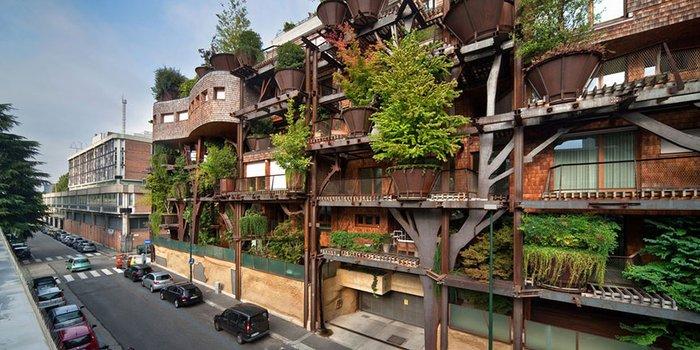 Şehir hayatının içinde korunan bir apartman