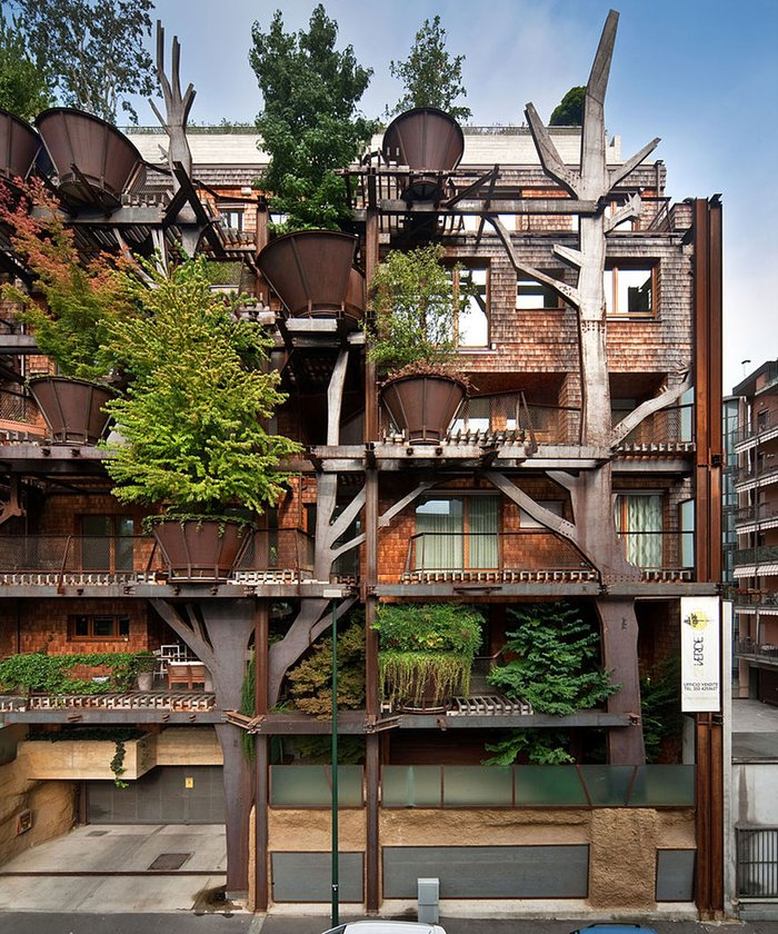 Şehirde ağaçlar içinde bir apartman
