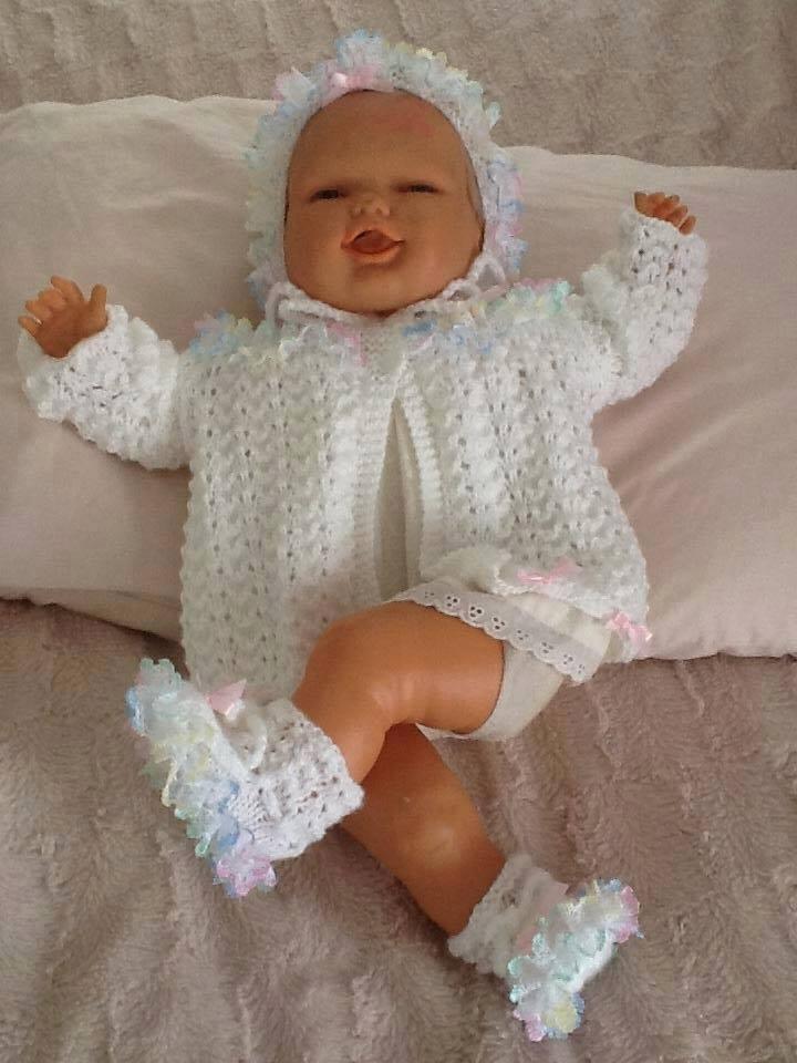 Beyaz örgü bebek kıyafeti modelleri