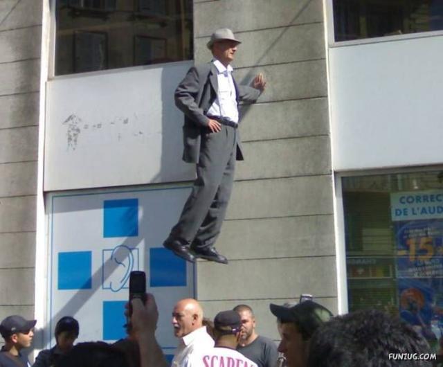 Havada duran adamın ilizyon gösterisi
